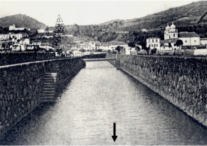 """Aspecto da Ribeira da Conceição, onde """"Os rapazes da minha juventude"""" mergulhavam da ponte de madeira ali existente. (Foto tirada antes de 1926)."""